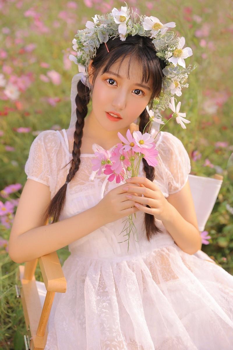 日系美女蕾丝连衣裙韩式麻花辫唇红齿白销魂美女图库