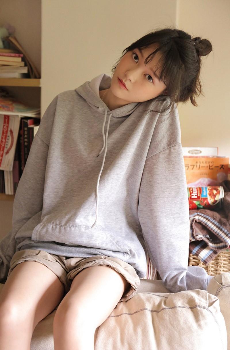 邻家少女俏皮丸子头白皙大长腿粉嫩可爱美女图片