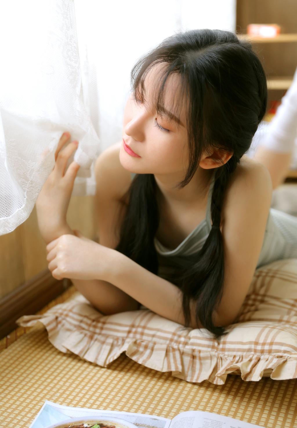 唯美清纯美女韩式麻花辫甜美笑容白丝长腿私房写真
